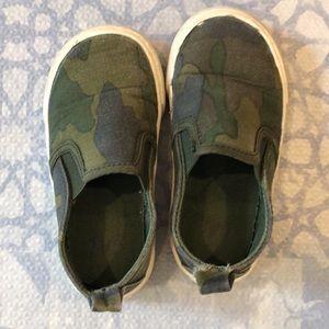 Gap size 6T camo shoes